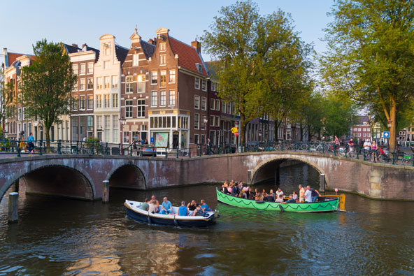 שייט בתעלות אמסטרדם. דרך מהנה לכל המשפחה להכיר את העיר