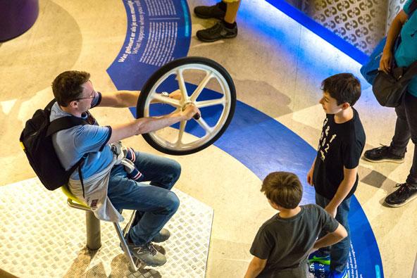 תצוגה אינטראקטיבית במוזיאון המדע נמו. ההורים נהנים לא פחות מהילדים...