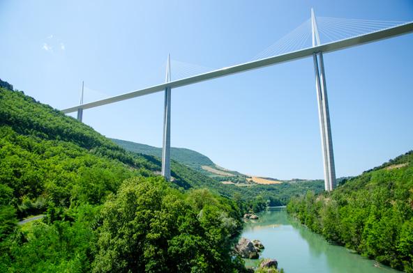 גשר מיו. נראה יותר כמו פסל סביבתי מאשר כנתיב תחבורה