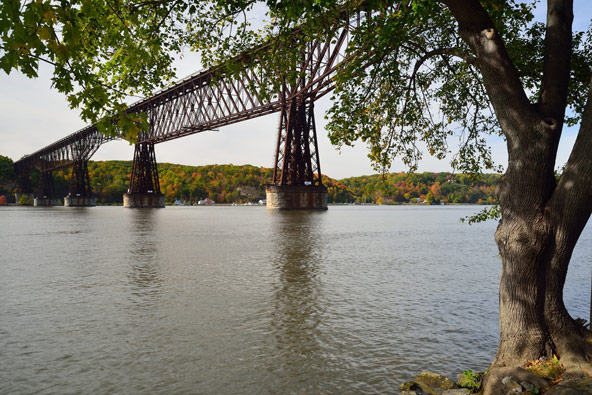 גשר פוקיפסי מחבר בין מסלולי הליכה משני צדי נהר ההדסון