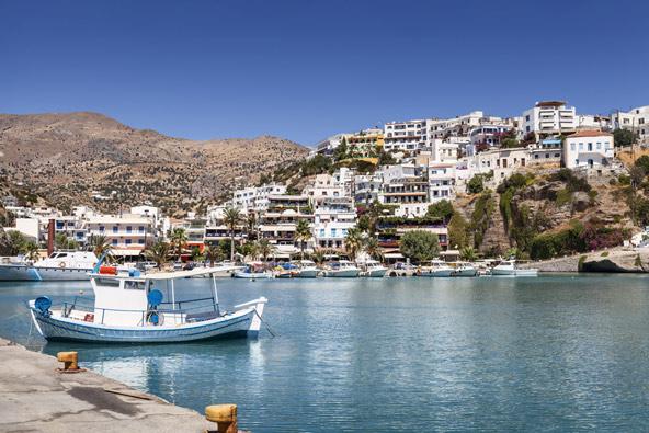 אגיה גליני, עיירת נופש תוססת עם נמל קטן ויפה
