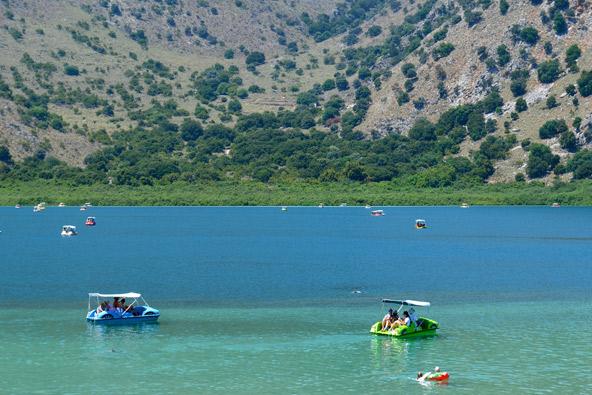 באגם קורנס מומלץ לשכור סירת פדלים ולשוט במים התכולים
