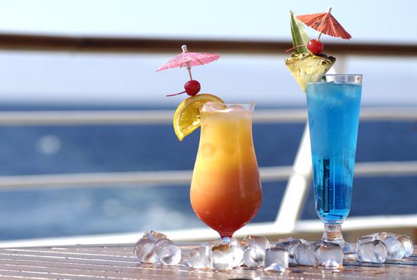 קוקטיילים מול הים. אוכל ושתייה הם חלק בלתי נפרד מהנאות הקרוז