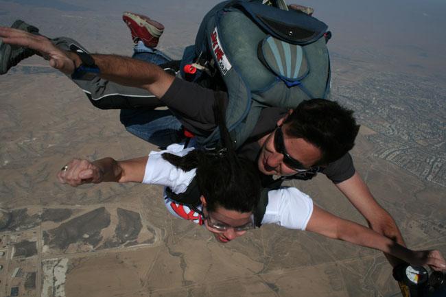 צניחה חופשית: אם אדם נופל ממטוס באמצע הצהריים
