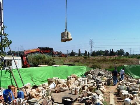עשרות טונות של עתיקות גנובות נתפסו במושב בשרון