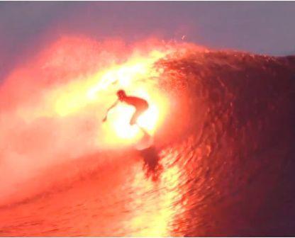 מים ואש: גלישת גלים עם שובל של אש