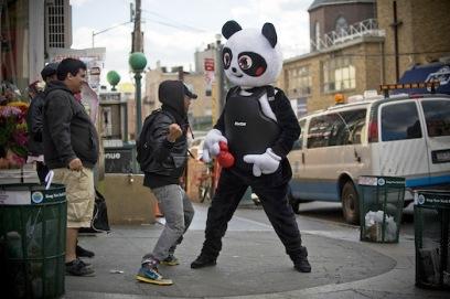 בניו יורק פורקים כעסים בעזרת פנדה ענקית