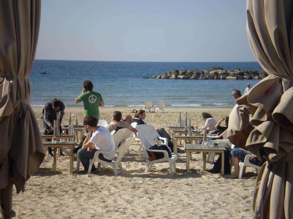 חופי תל אביב: הפלישה הצרפתית