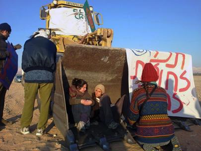 מחאה סביבתית: מפגינים מול דחפורים בחולות סמר