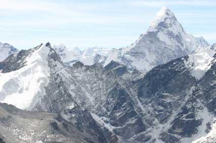 לראשונה בהיסטוריה: צנחנים מעל האוורסט