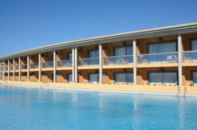 הספרדים מודאגים: צעירים קופצים ממרפסות המלון לבריכה
