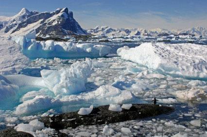 צוללת תחת מדף הקרח באנטארקטיקה
