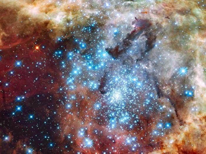 התנגשות גלקטית: צבירי כוכבים מתלכדים בחלל
