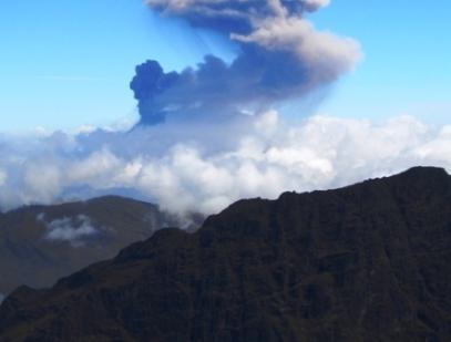 תושבים פונו מאזור הר געש שהתפרץ במרכז אקוודור