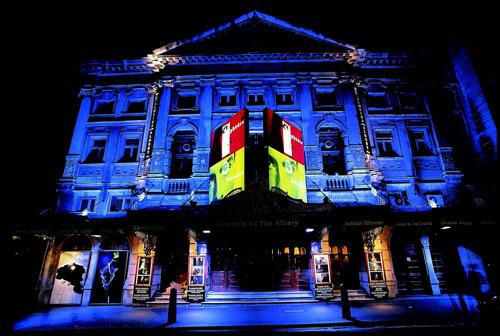 תיאטרון בלונדון: אנחנו בתיאטרון, משמע אנחנו בבית