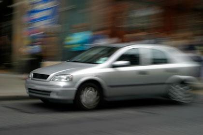 כיצד לקפוץ ממכונית נוסעת