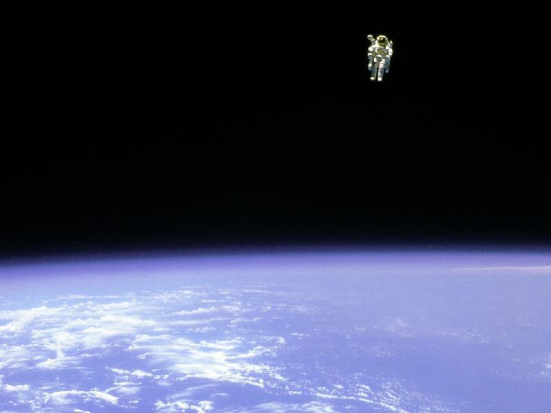 מרחף בחלל: תמונה מדהימה של אסטרונאוט בחלל