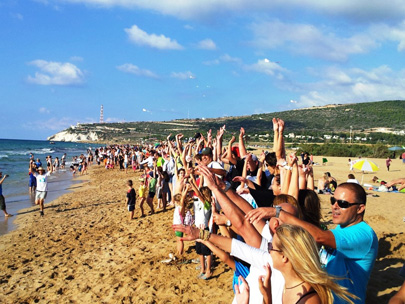 יותר מאלף אנשים השתתפו באירוע מחאה בחוף בצת