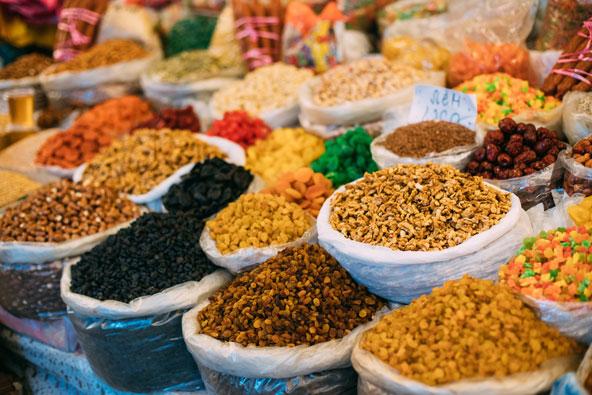 דוכן של פיצוחים ופירות יבשים בשוק בטביליסי