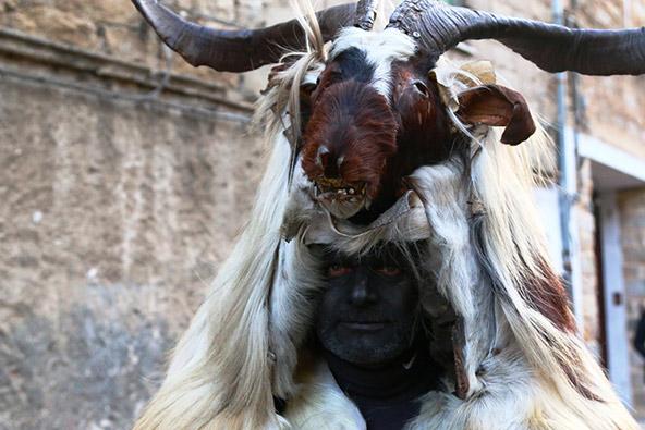ממראות הקרנבל: פנים צבועות בשחור, מסכות עץ מפחידות ועורות של בעלי חיים