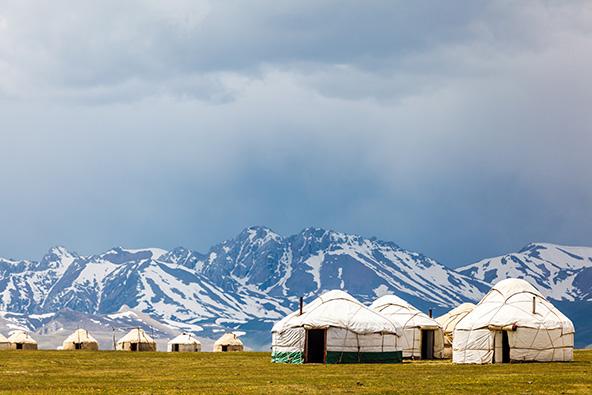 אוהלי הנוודים על רקע הפסגות המושלגות
