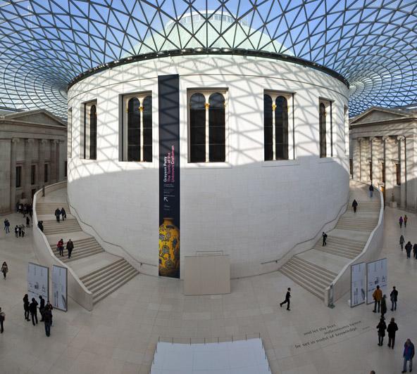 הכניסה המרשימה של המוזיאון הבריטי. מקום מושלם ליום גשום