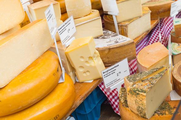 גבינות בשוק האיכרים של רובע יורדן באמסטרדם
