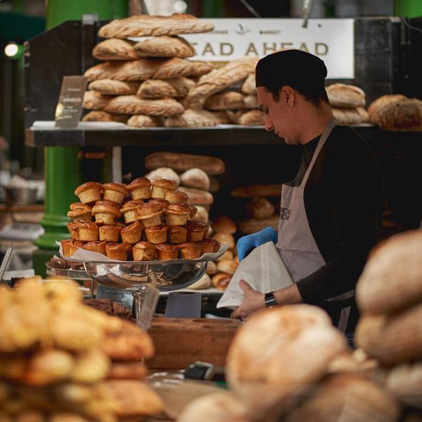 דוכן לחמים ומאפים בשוק בורו בלונדון