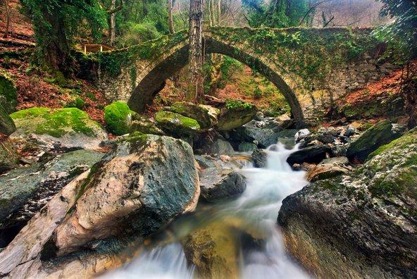 גשר אבן עתיק ליד הכפר צנגרדה בחצי האי הפליון