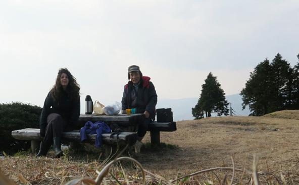 שינגו ואני בארוחת צהריים בטבע, בין ההרים