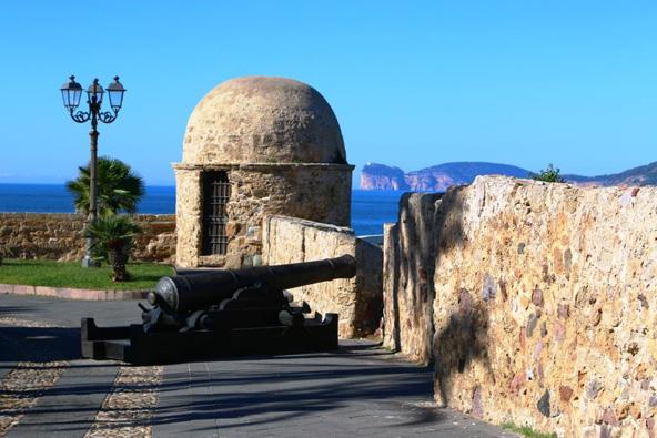 העיירה העתיקה נבנתה על צוק הבולט אל הים והוקפה בחומות בצורות