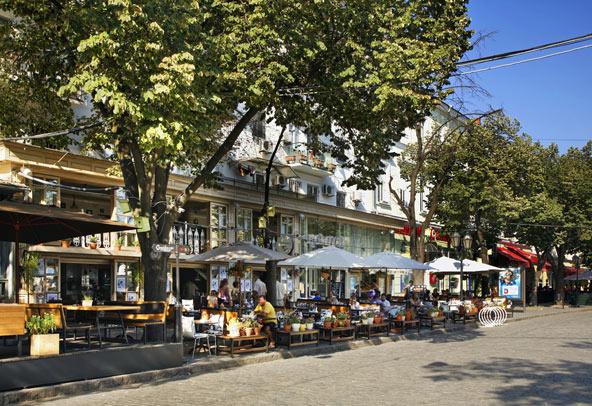 רחוב דריבסיבסקה, הגדוש בבתי קפה ומסעדות