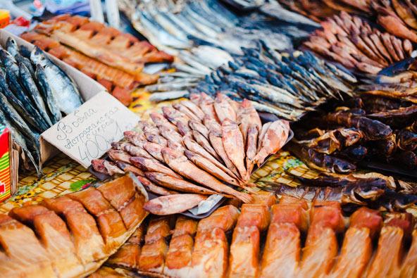 דוכן של דגים מיובשים ומעושנים בשוק פריבוז