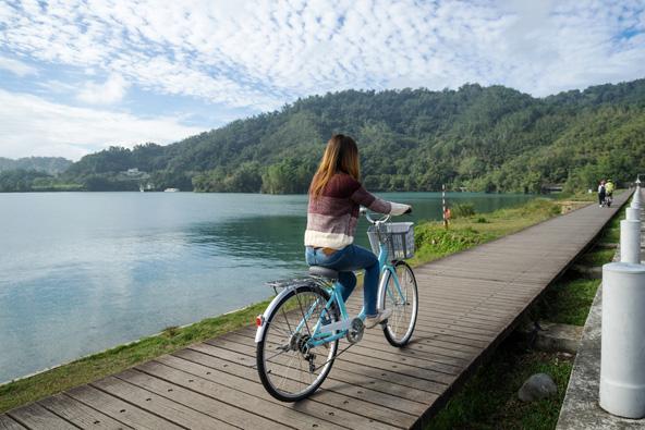 שביל אופניים על גדת אגם השמש והירח