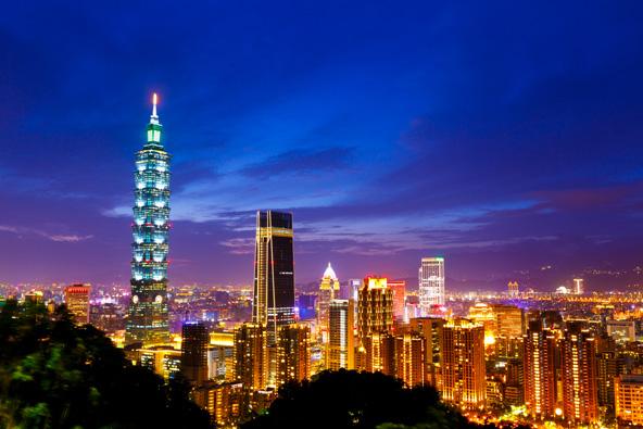 קו הרקיע הדרמטי של טייפה בשעת ערב. המגדל הגבוה הוא טייפה 101, אחד הגבוהים בעולם