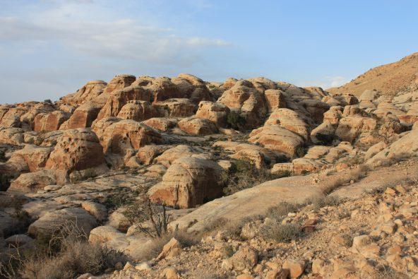מבוך גבעות אבן חול לבנה לצידה יורד נתיב הגישה אל נחל מובארכ
