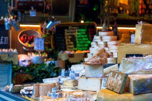 דוכן גבינות בשוק בורו