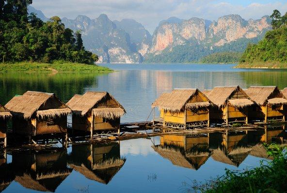 בקתות צפות על האגם בשמורת קאו סוק