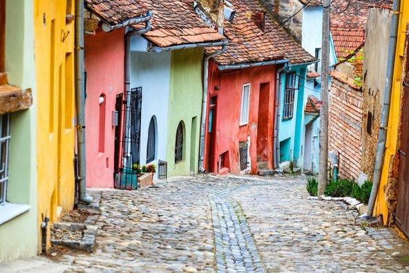 רחוב מרוצף אבן עם בתים בשלל צבעים בסיגישוארה
