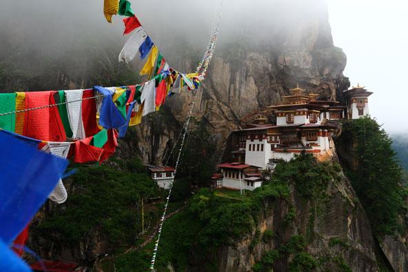 דגלי תפילה מתנופפים ליד מנזר קן הנמרים