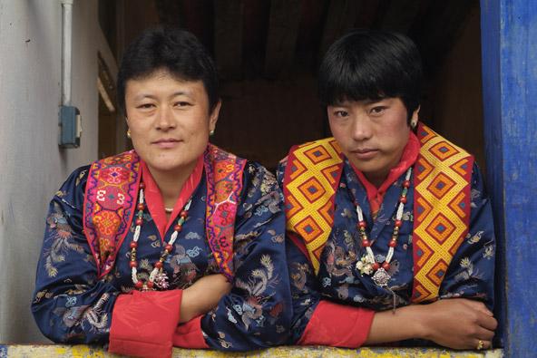 נשים בלבוש מסורתי. למרות שסממנים מערביים החלו לחדור, המסורת עדיין מורגשת בכל פינה
