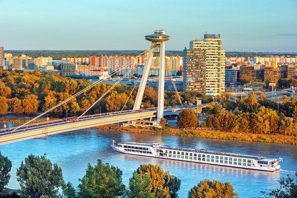 הגשר החדש של ברטיסלאבה. בעיר יש שילוב של ישן וחדש | צילום: RastoS / Shutterstock.com