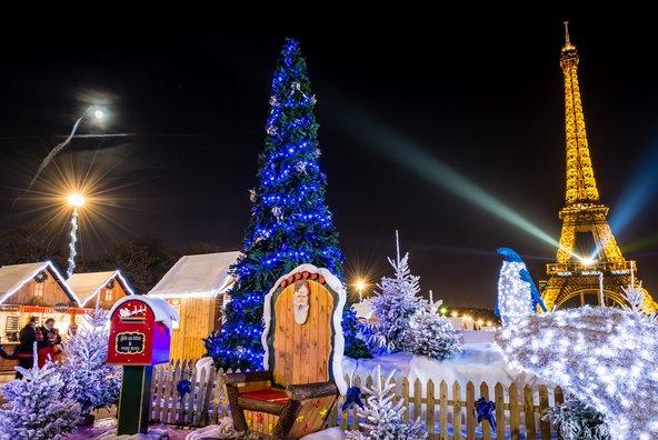 שוק חג מולד בגני הטרוקדרו. דצמבר הוא חודש נהדר לביקור בעיר   צילום: Felix Catana / Shutterstock.co