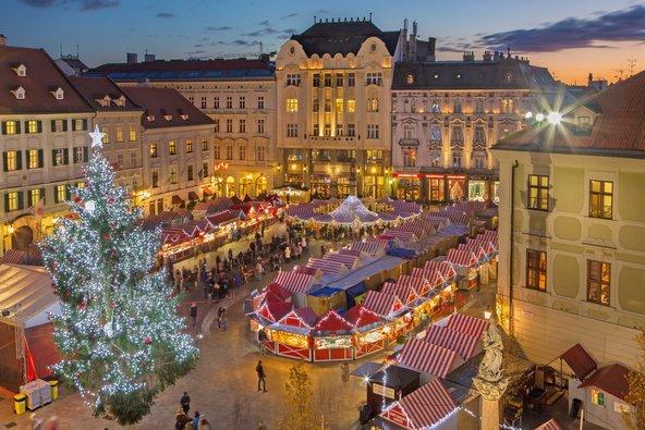 שוק חג המולד בעיר העתיקה של ברטיסלבה