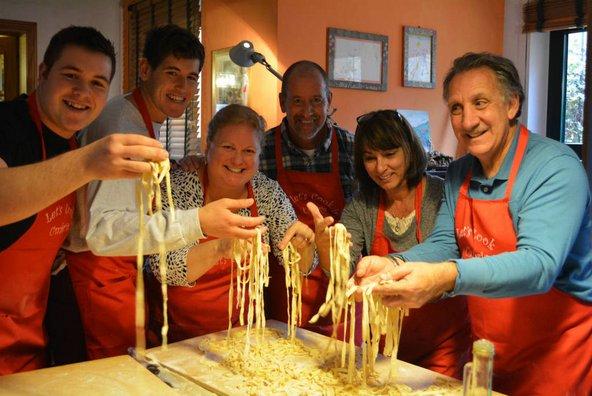 מתנסים בהכנת פסטות בעבודה יד בבית הספר לבישול Let's Cook in Umbria