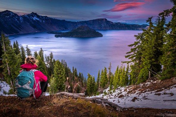 אגם קרייטר מוקף בנופים מהפנטים