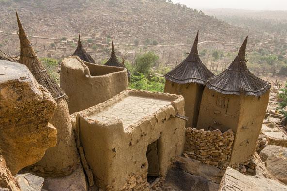 כפר של הדוגון במאלי. גגות הקש המחודדים מזכירים כובע של מכשפה