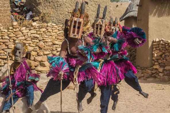 בני הדוגון במסכות עץ מסורתיות