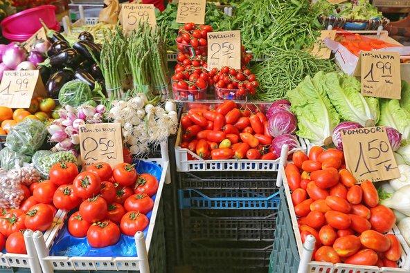דוכן מלא בתוצרת טרייה בשוק איכרים באיטליה. חלק מהחוויה האיטלקית   צילום: שאטרסטוק