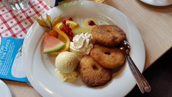 מנות מהמטבח המסורתי הגרמני, כולל קינוחים עשירים, הן חלק בלתי נפרד מחווית הטיול באזור